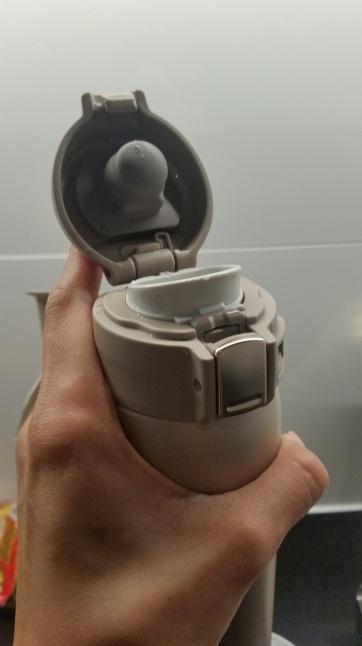single handed closing zojirushi travel mug